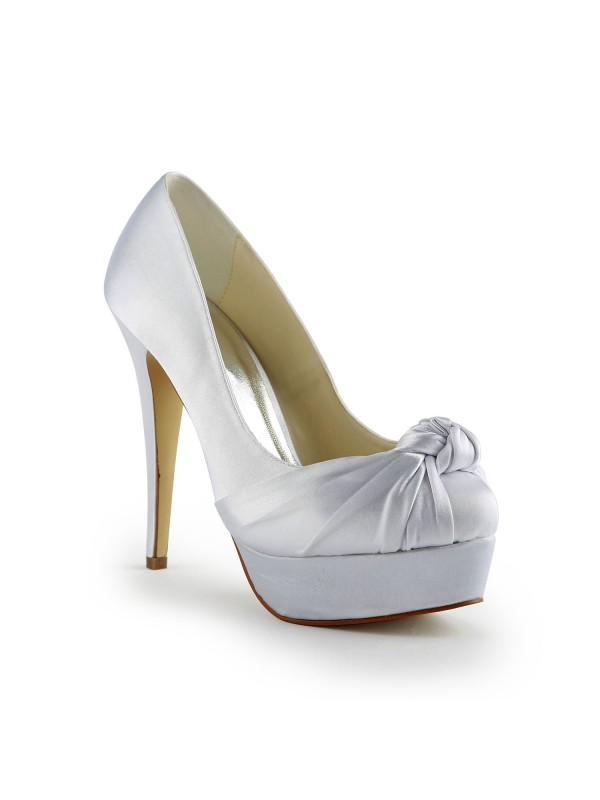 Gorgeous Silkesateng Stiletto Heel Pumps With Folder Hvit Wedding Shoes